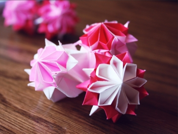 bisous, pink modular origami kusudama flowers, designed by Tomoko Fuse