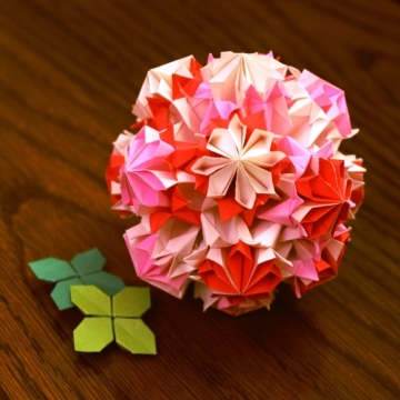 florita, pink modular origami kusudama and green clover leaves, designed by Tomoko Fuse