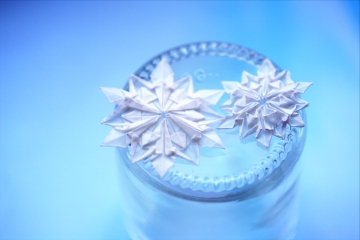 schneeflocken, miniature origami snowflakes, designed by Dennis Walker
